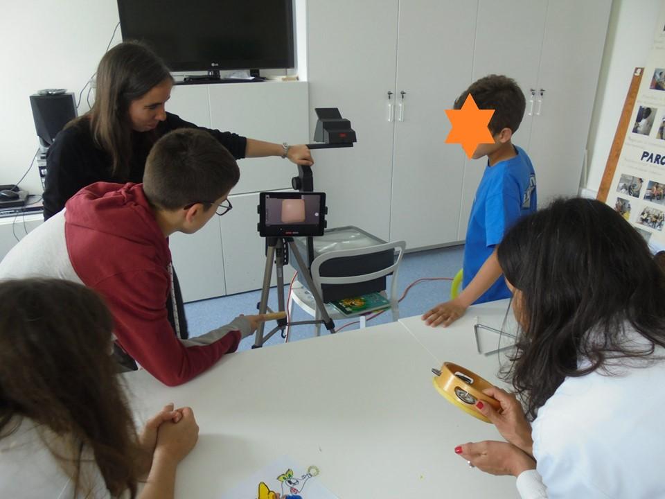 Animadoras do Museu Calouste Gulbenkian, alunos e professora com pandeireta