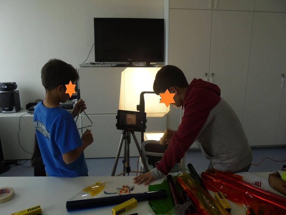 Aluno com ferrinhos (insturmento) e aluno a manipular um retroprojector