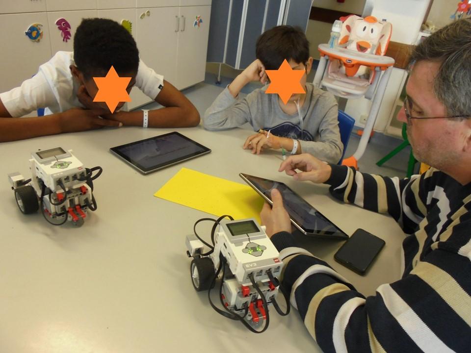 Professor Paulo Torcato com robots, alunos e tablets