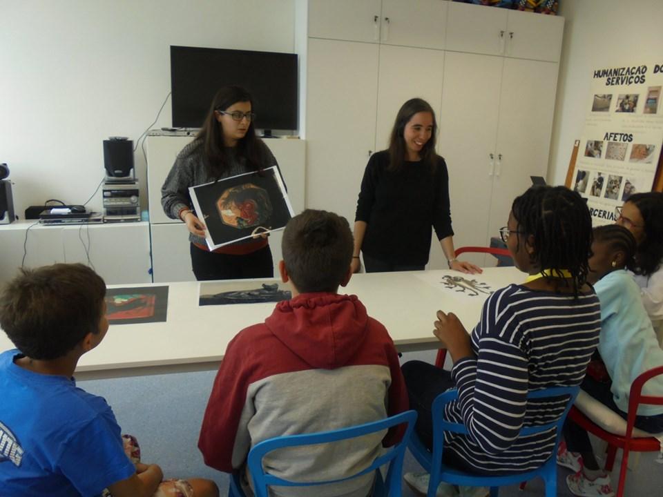 Animadoras do Museu Calouste Gulbenkian mostram imagem a alunos