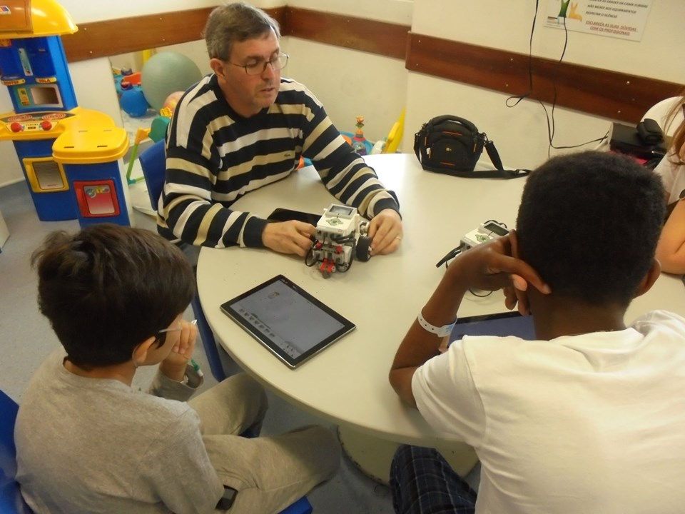 Professor Paulo Torcato com robots e alunos