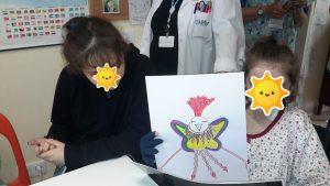 Alunas mostram desenho do animal que criaram