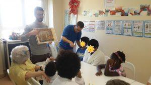 Animadores do Núcleo de Educação da FCG mostram a figura de um animal aos alunos