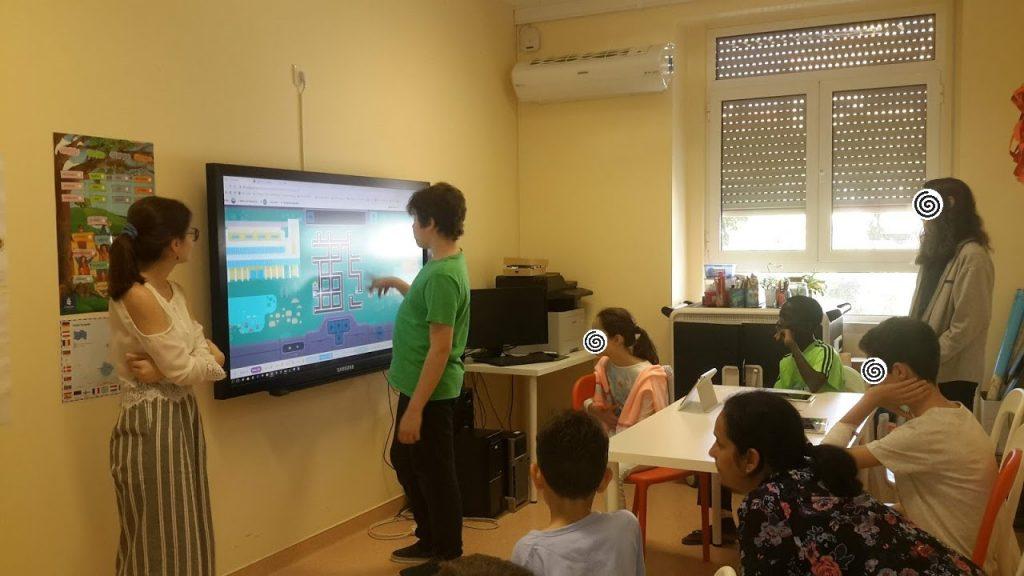 Animadoras da AC, alunos e aluno no quadro interactivo