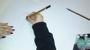Aluna a desenhar