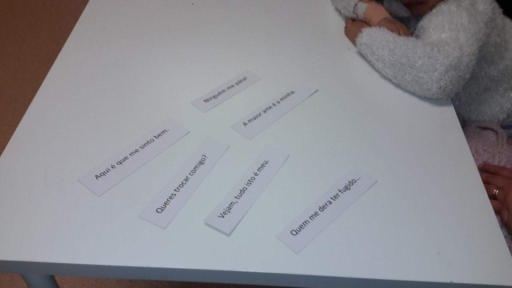 Frases (Vejam, tudo isto é meu; Queres trocar comigo, etc.) impressas em recortes de papel