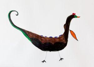 Pintura de um aluno: uma espécie de ave castanha e bico cor de laranja, com altos no dorso e cauda curva e levantada.