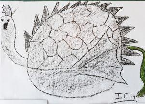 Desenho a carvão de uma aluna: uma espécie de ave com corpo redondo e espinhos no dorso e cauda de cavalo. As asas parecem umas barbatanas.