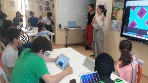 Animadoras da AC com alunos e tablets