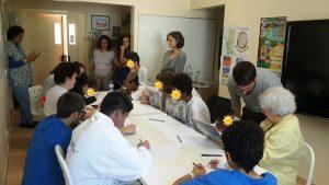 Animadores do Núcleo de Educação da FCG e alunos a desenharem