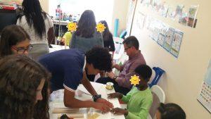 Alunos e professores do CET Bobadela ensinam a fazer um gira flor aos alunos do hospital