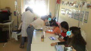 Alunos, animadora e professoras com tablets