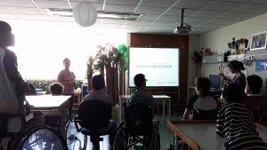 A sala da escola com alunos e as duas mediadoras culturais a apresentarem o Centro Cultural de Cascais com o auxílio de um Power Point projetado em quadro interativo.