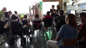 Uma fotografia do grupo participante na atividade: uma sala cheia de alunos e alguns funcionários do Centro.