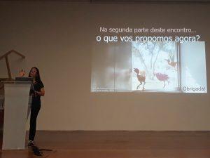 O palco do auditório da Casa das Histórias Paula Rego, a coocrdenadora do Bairro dos Museus faz uma apresentação do trabalho desenvolvido ao longo de um ano letivo.
