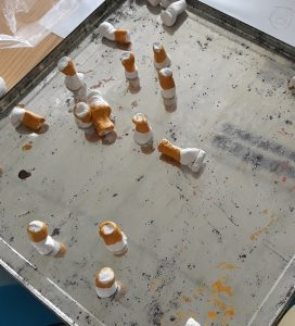 As beatas de cigarro a secarem para depois serem coladas no jornal de parede.