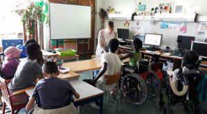 O grupo de alunos atento às explicações da professora.