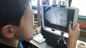 Um aluno trabalha a aplicação num tablet que permite fazer a animação do seu animal.