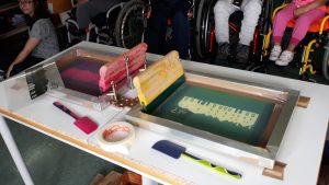 Os objetos para fazer serigrafia colocados em cima de uma mesa e prontos a ser utilizados.