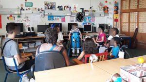 Os alunos encontram-se reunidos em circunferência a conversar.