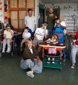 Uma fotografia de grupo com alunos, professores e formador.