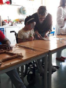 A professora Sónia verifica o tecido feito por uma aluna.