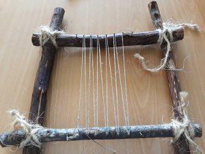 Um tear de pequenas dimensões feito com troncos de árvores e atado com cordel.