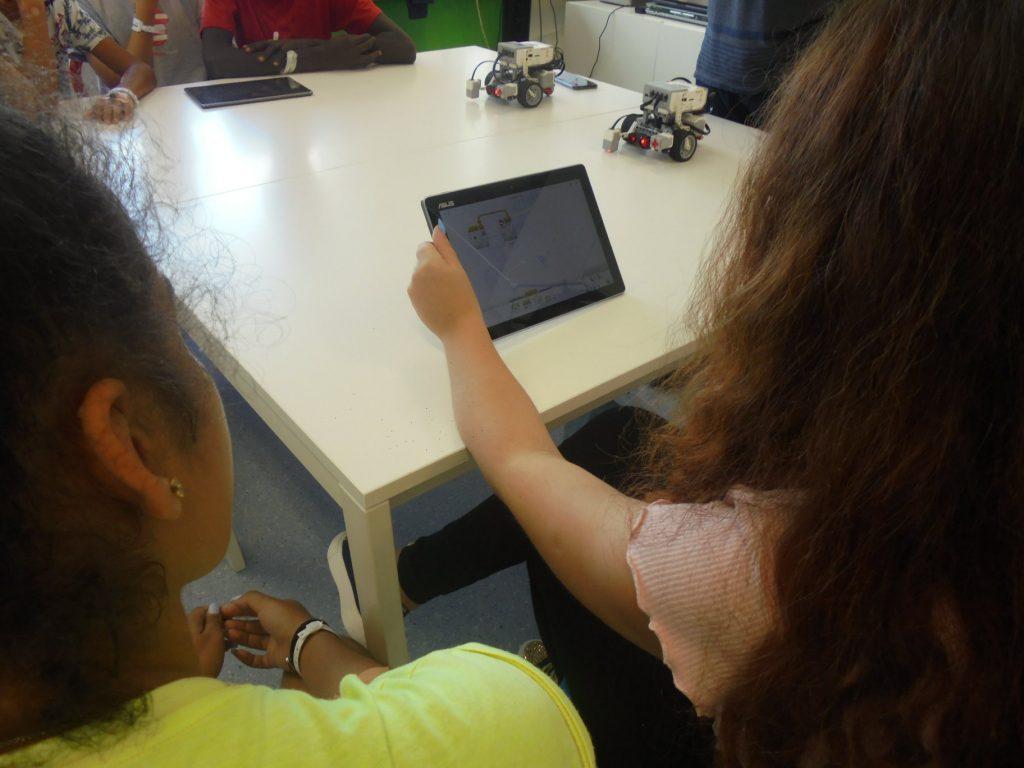 Alunos com tablet e robots