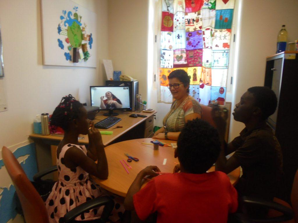 Professora Sara e alunos em videoconferência com Sandra do Pavilhão do Conhecimento