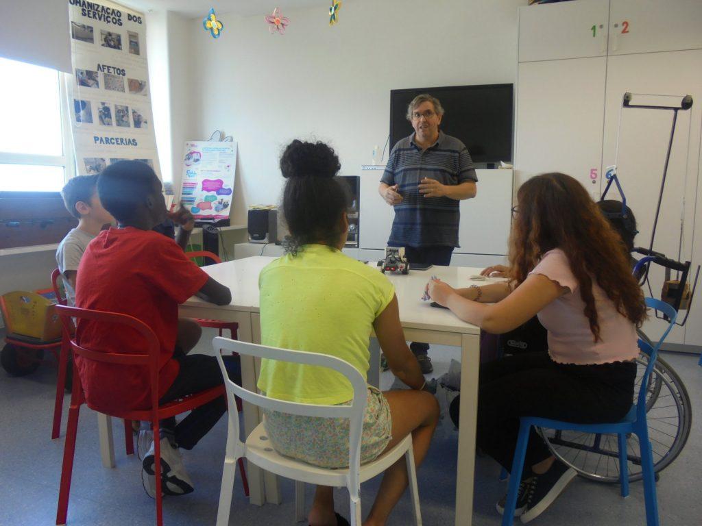 Professor Paulo Torcato com alunos e robot