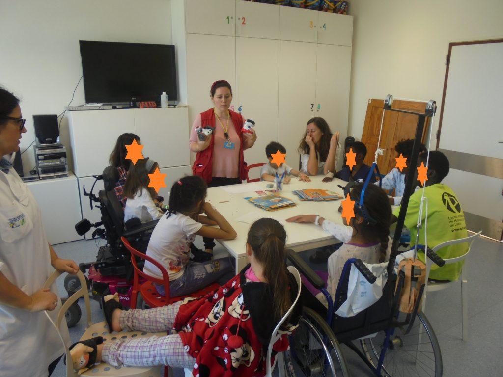 Sandra mostra robots aos alunos