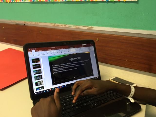 Aluno escreve apresentação no Powerpoint