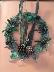 Coroa realizada com frutos e folhas