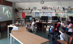 Os alunos e encarregada de educação visionam os filmes sobre a migração de animais.