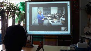 Através de videoconferência, a professora diretora de turma apresenta-se e apresenta os colegas da turma.