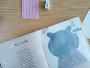 O livro de Arriana Papini encontra-se aberta sobre a secretátia na página do tigre-de-Java.