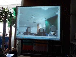 No quadro interativo, três professoras dialogam com a aluna.