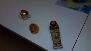 Réplica de sarcófago e outros artefacto