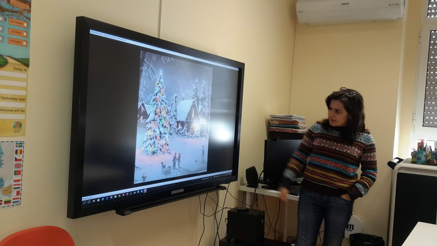 Animadora do Museu Nacional de Arte Antiga mostrando imagem com neve