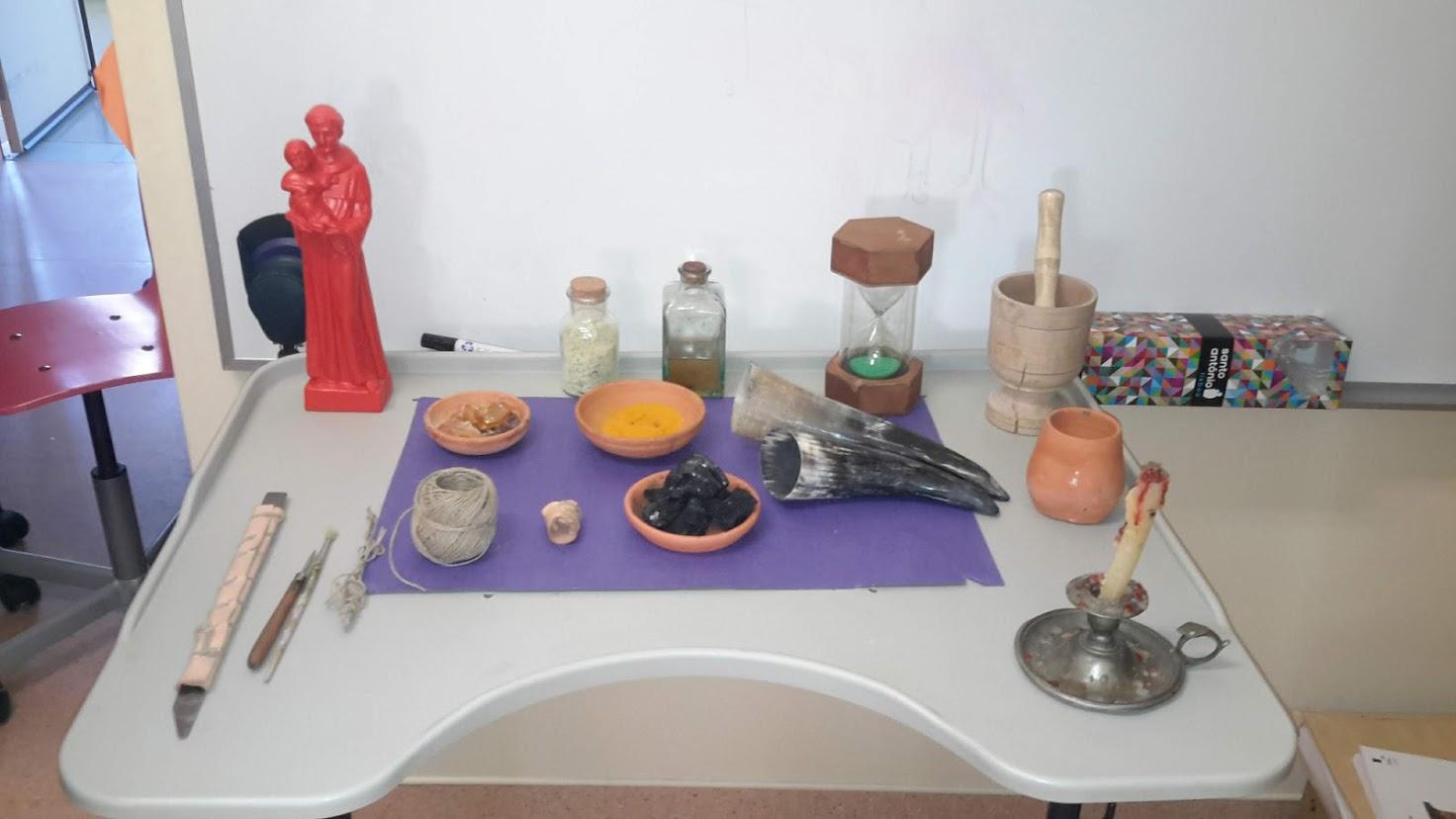 Materiais de escrita e outros usados pelos monges