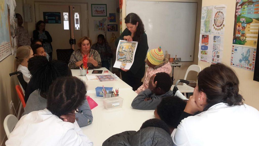 Animadora do Museu de Lisboa mostra imagem aos alunos