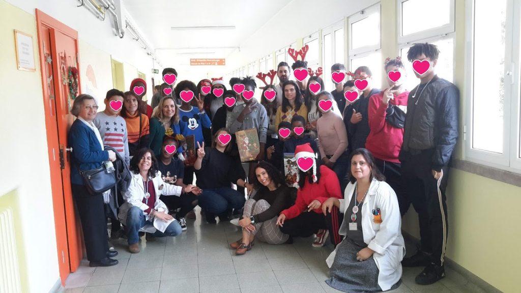 Foto de família com alunos e professores à porta da Escola do HDE
