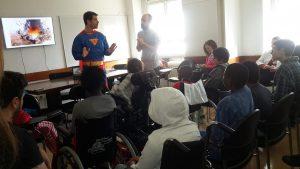 Voluntários do Banco de Portugal (um vestido de Super Homem) e alunos