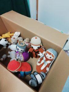 Bonecos numa caixa