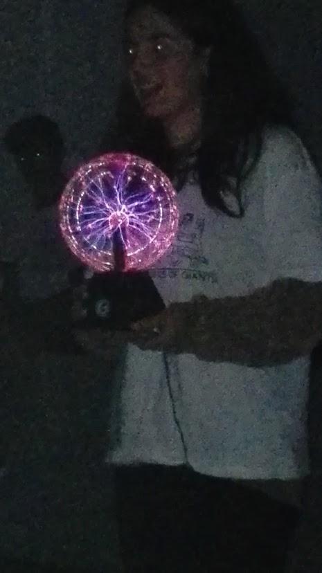 Aluna com bola de plasma