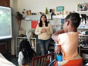 A Dra. Sandra explica a um grupo de alunos o que estão a visionar no quadro interativo.