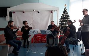 O quarteto de cordas e o maestro Lalov a atuarem.