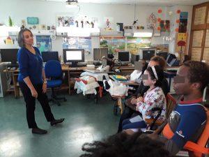 A nutricionista Paula fala com os alunos e tira-lhes as dúvidas.