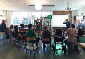 A sala de aula com alunos e pais presentes a ouvirem as duas nutricionistas.