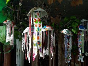 Algumas alforrecas penduradas feitas com materiais reciclados.